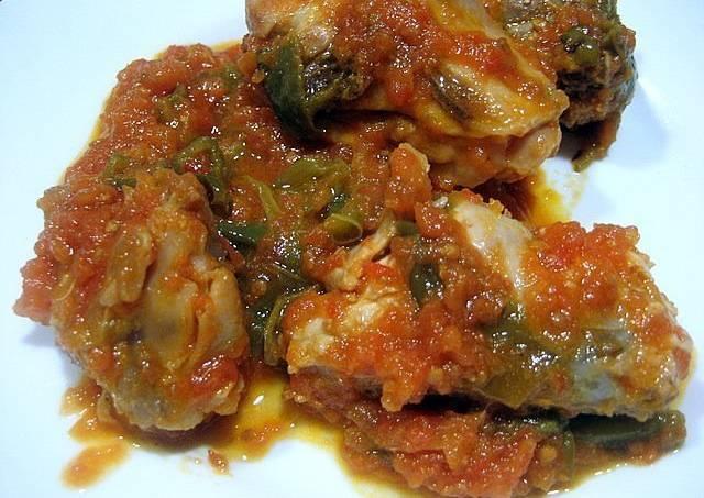 Pollo con tomate y pimientos verdes