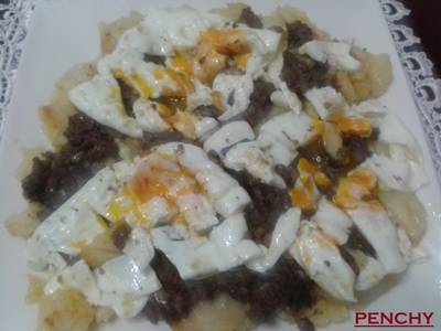 Patatas a lo pobre con morcillas y huevos rotos