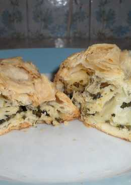 Entrante pastel de hoja de masa francesa con espinaca