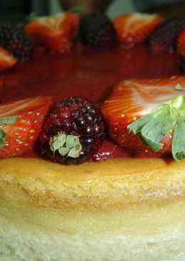 Cheesecake con cubierta de fresa y mora