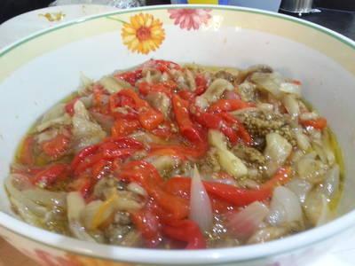 Ensalada de pimientos, berenjena y cebolla