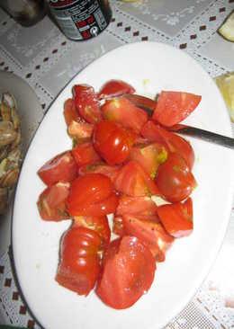 Ensalada de tomates raf con hierbas aromáticas