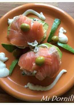 Aguacates rellenos de salmón y gulas