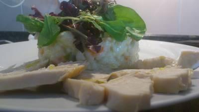 Ensalada de arroz, verduras y pollo