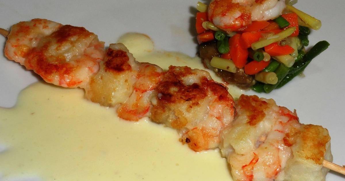 Brocheta de bacalao y gambas con salsa de queso receta de for Brochetas de gambas