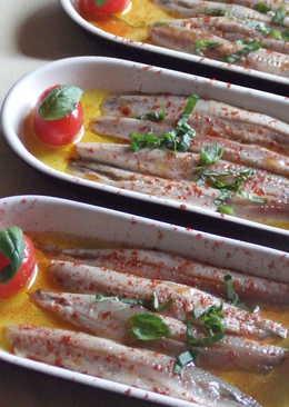 Aperitivo de boquerones en vinagre con tomatitos y albahaca