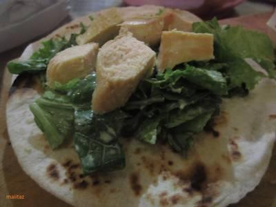 Ensalada de lechuga, espinacas y pollo