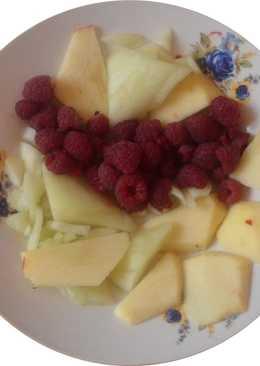Postre de manzana, melón y frambuesas