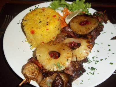 Brochettes tropicales con timbal de arroz frito