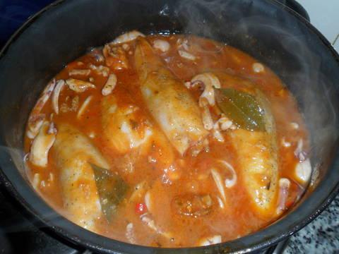 Calamares rellenos de carne en salsa de tomate receta de - Chipirones rellenos en salsa de tomate ...