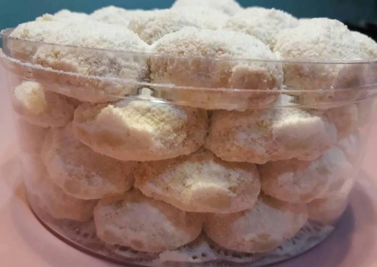 Resep Putri salju lumer with kacang mede Resep Putri salju lumer with kacang mede+edam #kuekering #kuelebaranKarya kikicooks