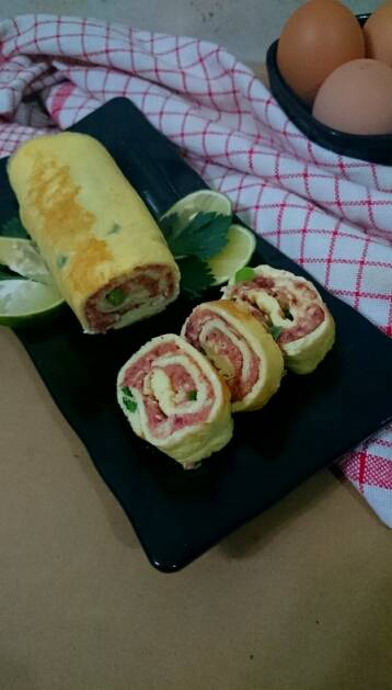 Omelette Roulade with vegetable and cornett beef