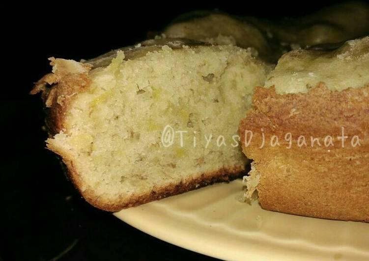 Lumatkan pisang sampai halus dengan garpu Resep Bolu Pisang Males (no mixer, no oven  no timbangan) By Tiyas