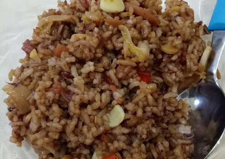 Nasi goreng beras merah toping sosis dan kornet