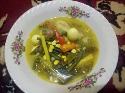 Soup ayam bumbu asam kuning kemangi dengan jagung