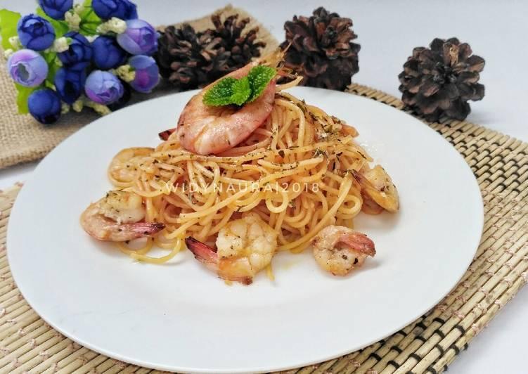 Chesse spaghetti aglio olio with prawn