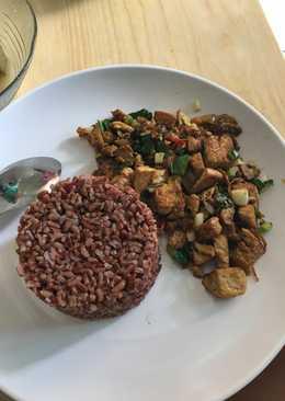 Nasi uduk beras merah orek tahu untuk diet