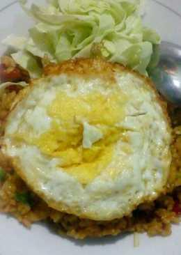 Nasi Goreng Komplit (Sosis, Bakso Ikan dan Telor Ceplok)