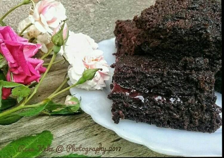 Brownies panggang lapis selai strawberry
