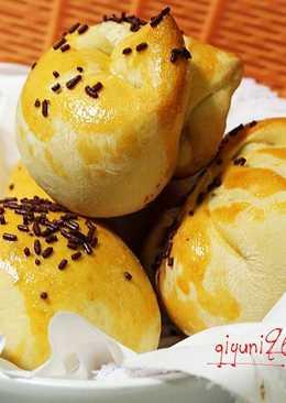 Anpan ( Japanese Sweet Bun Filled )
