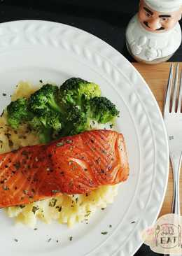 Pan-fried Salmon with Steamed Broccoli and Mashed Potatoes