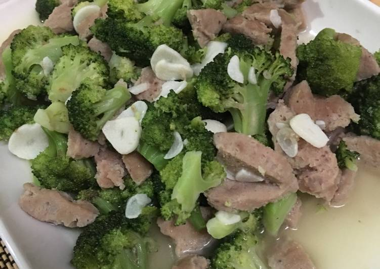 Keju Tortellini dengan Brokoli, Tomat, dan Bawang Putih