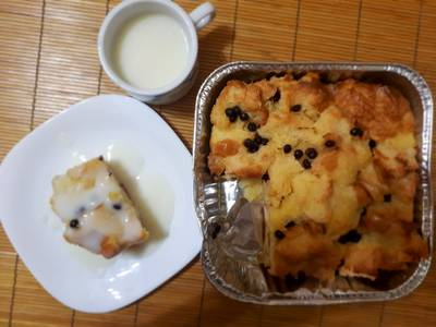 Bread puding with vanilla sauce