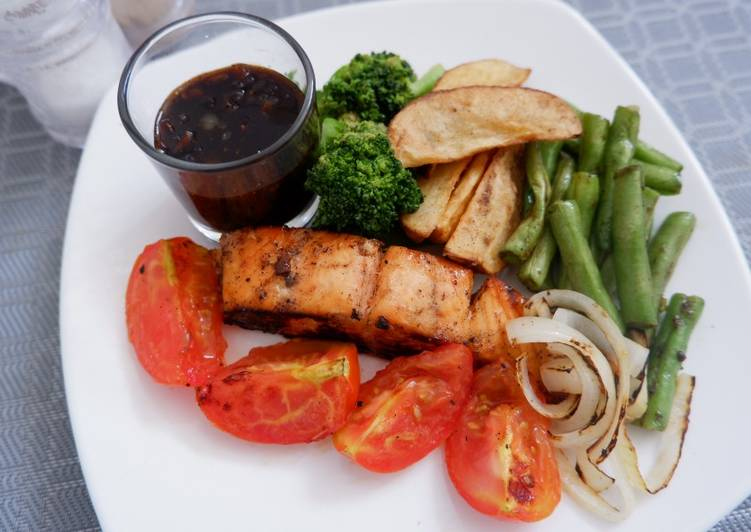 Salmon Steak Vegetable Mix with Black Pepper Sauce