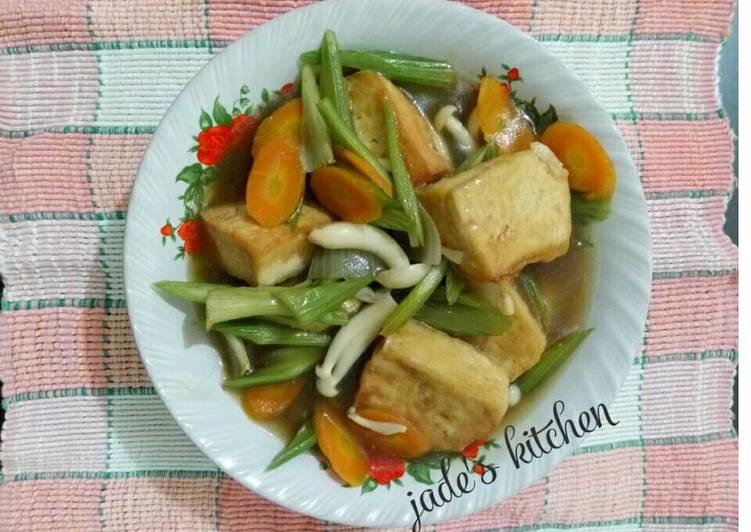 Tumis bawang putih dan bombay sampai harum Resep Mapo Tahu Jamur Shimeji  Seledri Kiriman dari Jades Kitchen