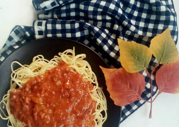 Spaghetti bolognese with corned beef