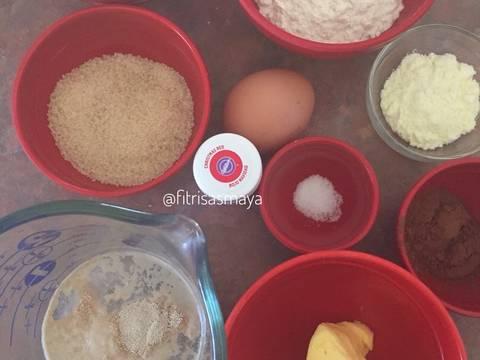 Siapkan semua bahan. Buat biang nya: Siapkan mangkok kecil, campur semua bahan biang, biarkan 10 menit sampai timbul gelembung2. Siapkan mangkok besar, masukkan gula, tepung terigu, susu bubuk, coklat bubuk, telur dan pewarna merah