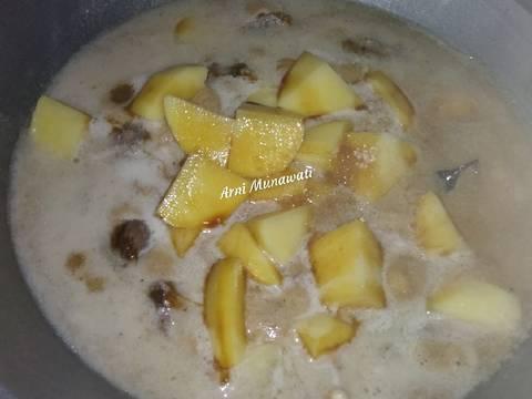 Masukan kentang,garam,gula,kaldu bubuk,kecap manis dan bumbu lainnya aduk rata biarkan sampai meresap bumbu.