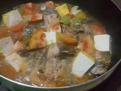 Masukkan air santan cair, beri kaldu bubuk instant jika suka. Koreksi rasa. Rebus hingga bumbu menyerap kedalam ikan. Jika bumbu sudah cukup pas, masukkan tahu tempe aduk rata & terakhir tomat sesaat aduk2 lalu matikan.