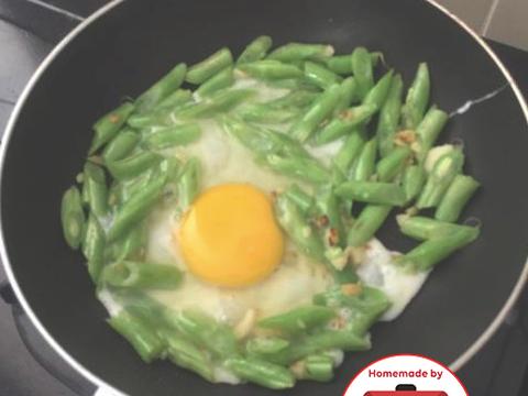 Masukkan telur dan orek2 hingga menyebar. Campur dengan garam dan merica. Lalu tuangkan setengah cangkir air matang (jgn terlalu banyak). Aduk dan koreksi rasa. Pastikan telur matang yaa