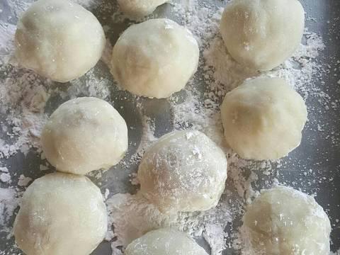 Mochi yg sudah diberi isi dibentuk bulat, balur mochi dg tepung maizena yg telah disangrai