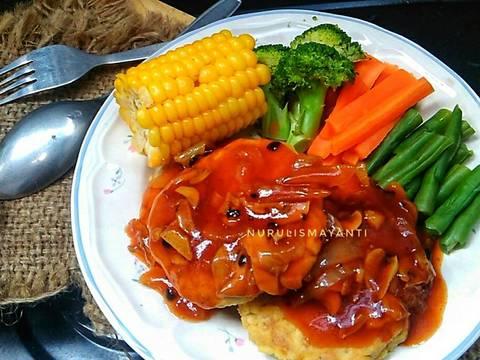 Sajikan steak dengan saus juga bahan pelengkap ❤
