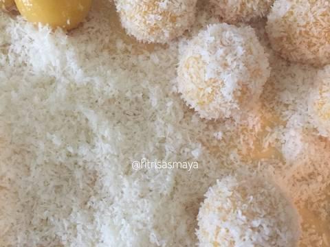 Guling2kan ke dalam parutan kelapa yang telah dikukus bersama garam dan daun pandan(saya pakai kelapa parut kering yang dicampur dengan sedikit santan lalu saya kukus).