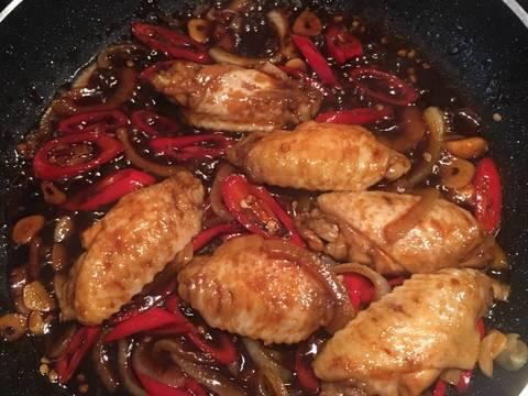 Masukan ayam kedalam campuran bahan tumisan.. aduk-aduh hingga mengental.. saya tambahan air sedikit dan garam. Agar lebih gurih..