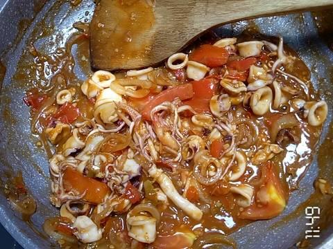 Campur saos tiram, garam, gula secukupnya, saos tomat, saos sambal bersama bawang bombay dan aduk sampai rata