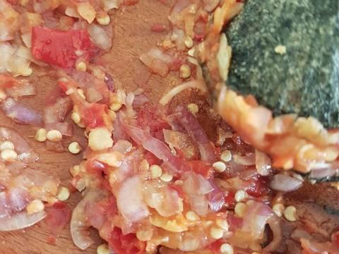 Haluskan bumbu2 halus, khusus bawang merah jangan terlalu halus. Tekstur kasar bawang merah akan membuat nasi goreng makin enak