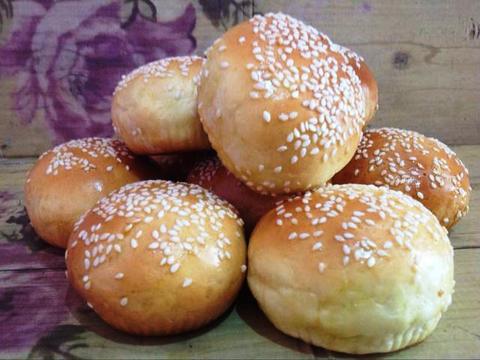 Angkat, biarkan dingin dan simpan dalam wadah tertutup bila belum ingin membuat isian burger :) ** ini saya rada kegosongan manggangnya