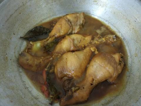 Masukin ayam ke tumisan bumbu, terus kasih air. Karena ayam udah matang jd air gak usah banyak2. Masukin kecap manis, garam, lada bubuk, dan gula pasirnya. Tes rasa. Tunggu sampe air menyusut dan ayam kecap udah jadi.