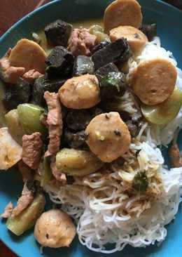 ขนมจีนน้ำแกงเผ็ดลูกชิ้นหมู
