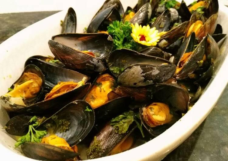 Moules au vin blanc. หอยแมลงภู่อบไวน์ขาว