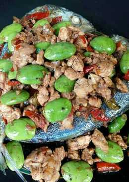 ปลาทูราดสะตอผัดน้ำพริกกะปิไก่สับ