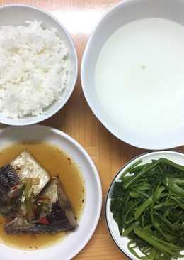 Cá kho, rau muống luộc