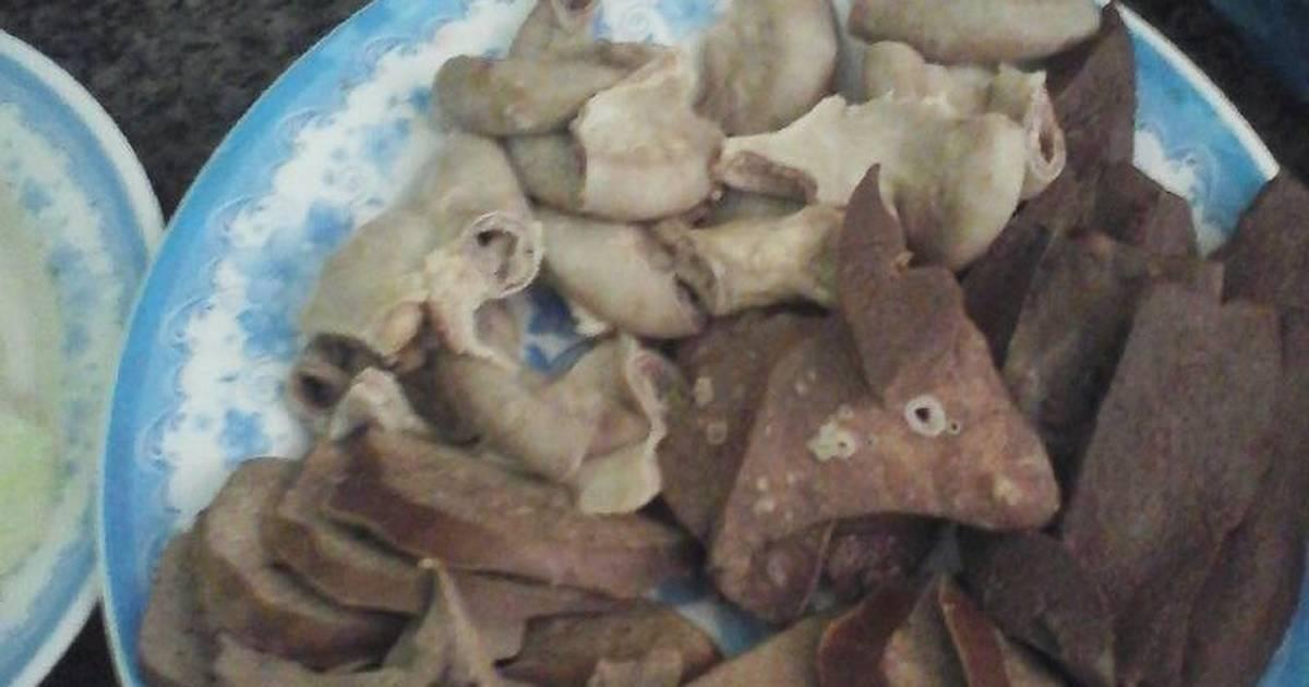 Phổi gan lòng lợn luộc chấm mắm cộng với rau bắp cải luộc