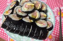 Cơm cuộn cá ngừ đóng hộp