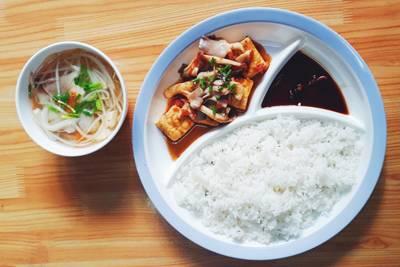 Cơm chay: Đậu hũ sốt cà chua nấm + canh