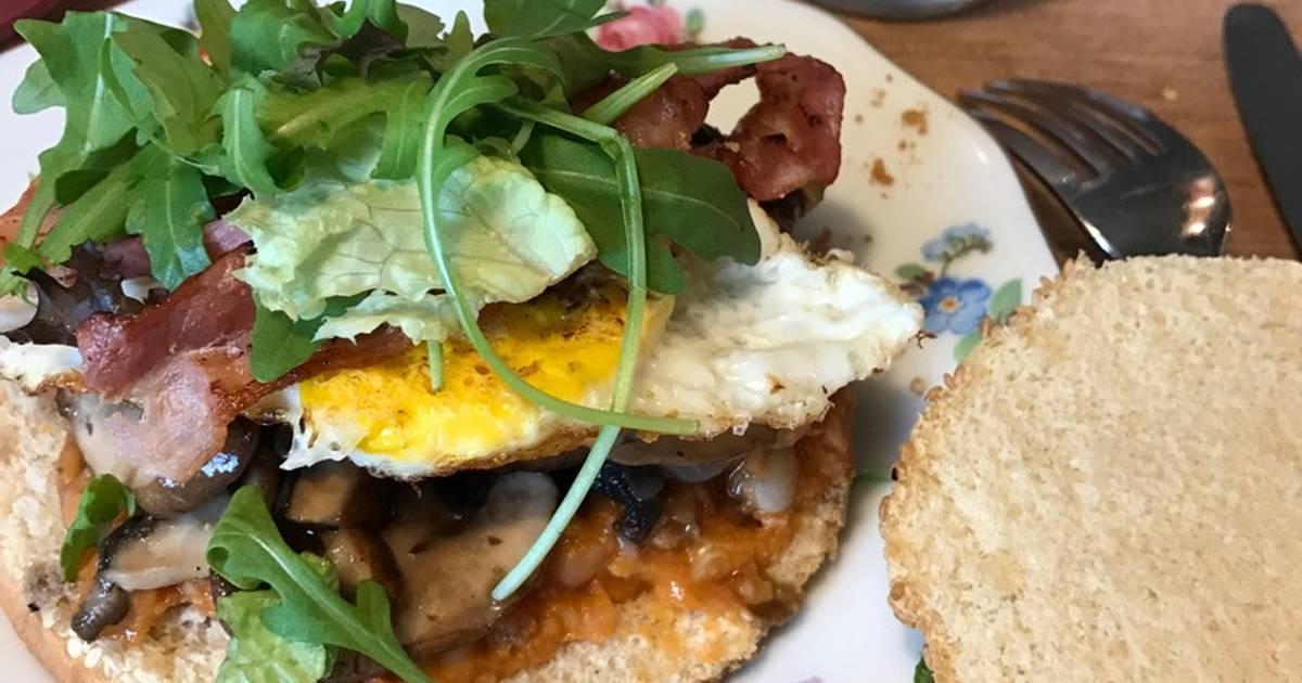 Bánh mì kẹp cho buổi sáng (nấm,trứng,thịt xông khói,đậu)